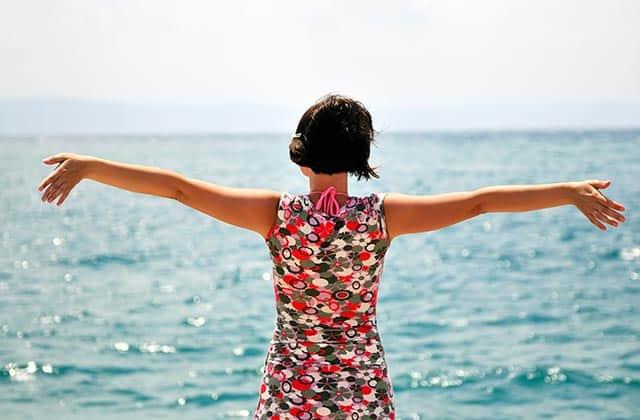 Frau vor Meer in der Sonne